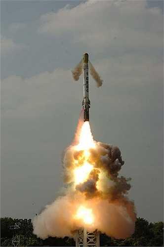 3. Tên lửa siêu tốc độ. Loại tên lửa này được Không quân Mỹ sử dụng thường xuyên và có khả năng bay nhanh hơn gấp 5 lần tốc độ của âm thanh (Hypersonic). Đây được coi là nỗi sợ hãi đối với nhiều quốc gia thế giới