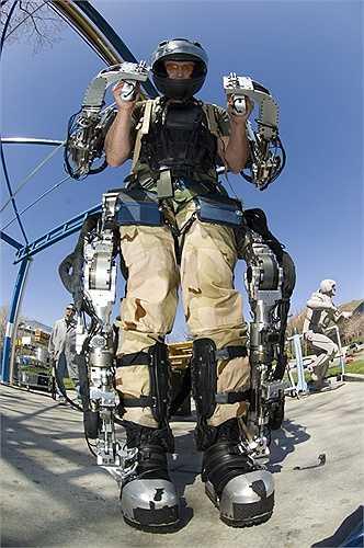4. Bộ giáp chiến đấu. Bộ giáp chiến đấu giống như trong bộ phim viễn tưởng Iron Man cũng đang được nghiên cứu phát triển. Tuy chưa thể hoạt động trơn tru như trên phiên bản điện ảnh nhưng thiết kế của loại vũ khí này cũng khiến nhiều người hy vọng