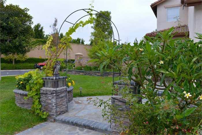 Ngôi biệt thự của Thu Phương và Dũng Taylor ngập tràn cây xanh, có cả một khu vườn rất rộng rãi.