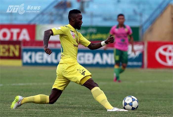 Hà Nội T&T tiếp Đồng Tháp trên sân nhà ở vòng 16 V-League 2015. Ngay phút thứ 7, Samson đã có cơ hội đối mặt với thủ thành Đồng Tháp. (Ảnh: Quang Minh)