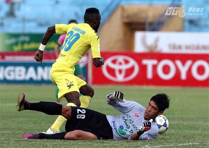 Tiền đạo của đội chủ nhà vượt qua thủ thành Đồng Tháp bằng một pha ngoặt bóng rất nhanh. (Ảnh: Quang Minh)