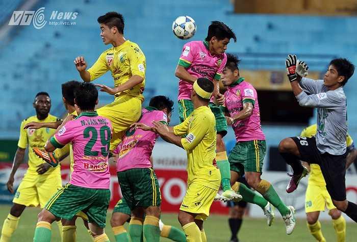 Sang hiệp 2, Hà Nội T&T chơi chậm rãi. (Ảnh: Quang Minh)