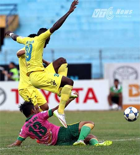 Samson nhảy lên để tránh và cầu thủ Đồng Tháp tự đốt lưới nhà. (Ảnh: Quang Minh)