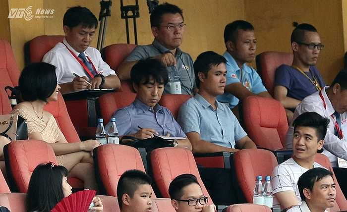 Trận đấu trên sân Hàng Đẫy có sự dự khán của HLV trưởng ĐT Việt Nam Miura. Ông thầy người Nhật đi tuyển quân, chuẩn bị đấu Man City. (Ảnh: Quang Minh)