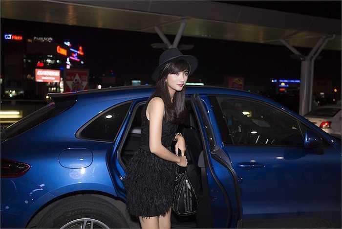 Kim Tuyến vừa xuất hiện tại sân bay Tân Sơn Nhất giữa đêm qua để lên đường sang Châu Âu công tác.