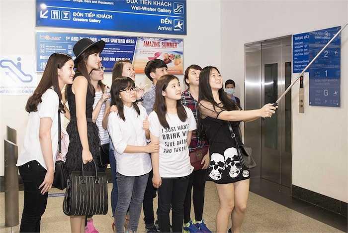 Sau show diễn, diễn viên 'Tuổi thanh xuân' còn thực hiện một số bộ hình thời trang cho một tạp chí hàng không.