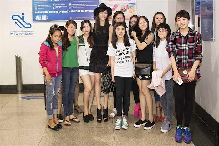 Cùng ngắm thêm vẻ rạng rỡ của Kim Tuyến ở sân bay: