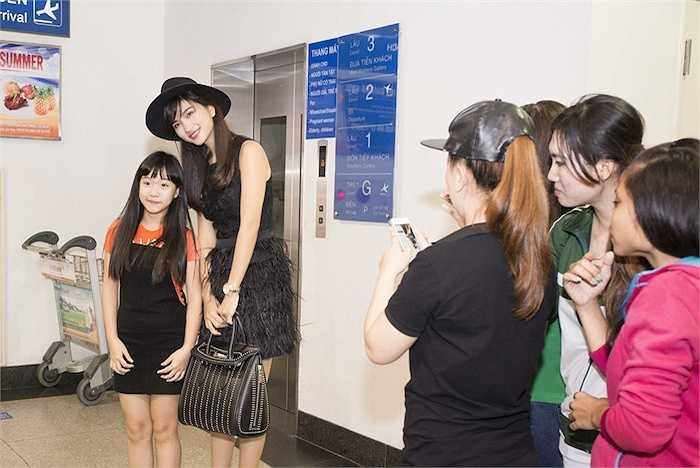 Trong chuyến đi này cô sẽ ghé Tây Ban Nha để tham dự một show thời trang của nhà thiết kế trong nước.