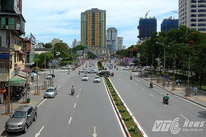 Từng được bình chọn là con đường đẹp nhất Việt Nam, thế nhưng nay đường Nguyễn Chí Thanh (Đống Đa, Hà Nội) lại đang trở nên trống hoác vì hàng cây mới không hề tỏa bóng mát.