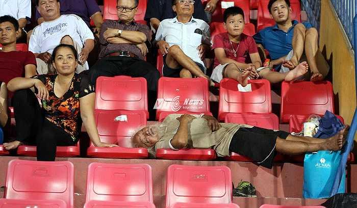Nhưng có khán giả không quan tâm mấy đến diễn biến trên sân và nằm ngủ ngon lành thế này.(Ảnh: Phạm Thành)