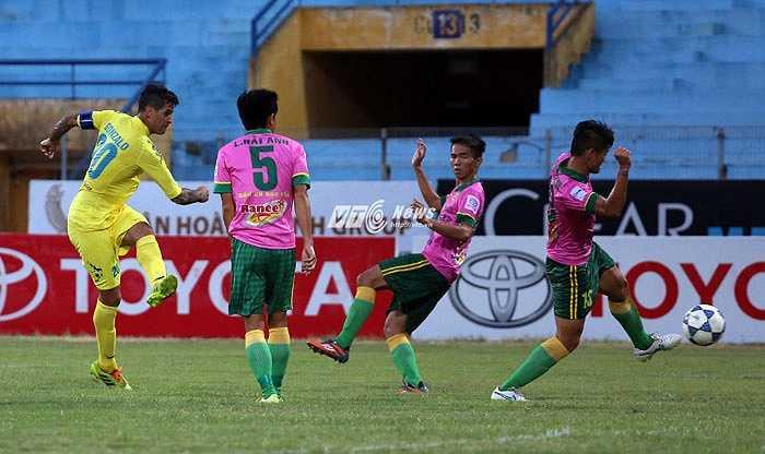 Gonzalo ghi 2 bàn thắng cho Hà Nội T&T.(Ảnh: Phạm Thành)