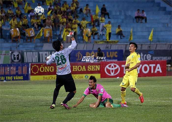 Văn Quyết bấm bóng ghi bàn thứ 7 cho Hà Nội T&T.(Ảnh: Phạm Thành)