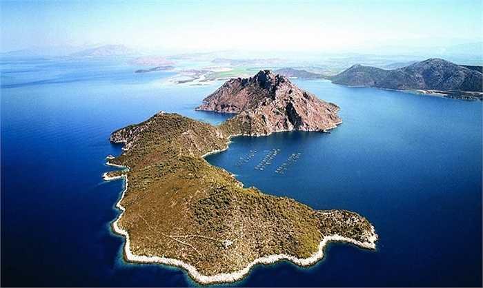 Đảo Nafsika - 7,6 triệu USD. Đây là hòn đảo chưa được đánh thức tiềm năng nhiều. Hòn đảo này có cảng và vùng vinh, cảnh sắc tươi đẹp và thoáng đãng