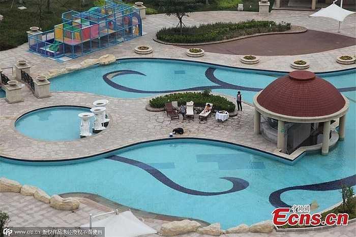 Hình ảnh từ trên cao về bể bơi tuyệt đẹp trong khuôn viên khách sạn. Vị thiếu gia ngoài 20 tuổi đã thuê trọn bể bơi từ trước và còn đặt đầu bếp khách sạn chuẩn bị một bữa tiệc thịnh soạn dành cho thú cưng của mình.
