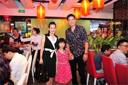 Bình Minh cùng vợ và con gái đi dự tiệc. Anh Thơ là bạn thân của Trương Ngọc Ánh và chính nữ diễn viên là 'bà mai' tác thành cho Bình Minh và cô.
