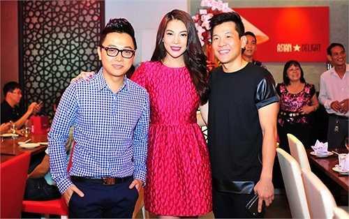 Nhà thiết kế Công Trí đến chúc mừng nữ diễn viên. Trương Ngọc Ánh xuất hiện nổi bật với gu thời trang phong cách và ấn tượng.