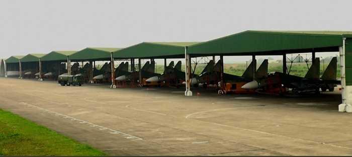 Một căn cứ không quân có những chiếc Su-30