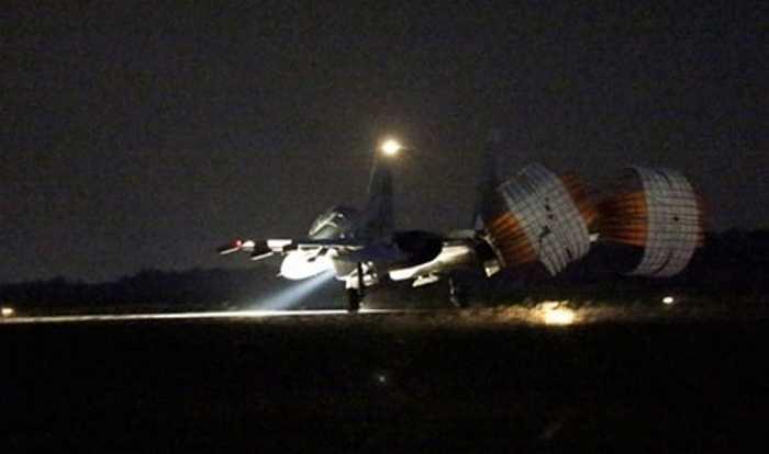 Su-30 hạ cánh trong đêm