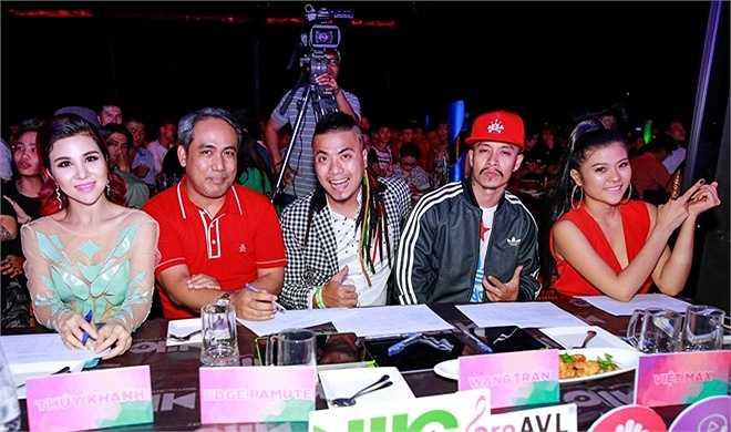 Tối 16/7, đêm chung kết Miss DJ 2015 (cuộc thi tìm kiếm và phát triển các tài năng DJ trẻ) diễn ra tại TP HCM. Ngoài các giám khảo quen thuộc như DJ Wang Trần, Thúy Khanh, Ngọc Anh, chương trình còn có hai vị khách mời là dancer Việt Max và Edge Pamute.