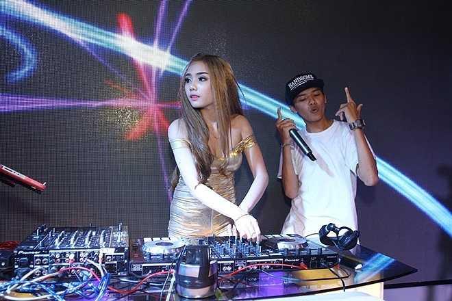 DJ Giao Lê (Lê Ngọc Quỳnh Giao, sinh năm 1995) cùng rapper Peanut có phần trình diễn ấn tượng. 'Tuy nhiên, khả năng giao lưu với khán giả của Giao còn hạn chế, không tự nhiên' - giám khảo Ngọc Anh nhận xét.