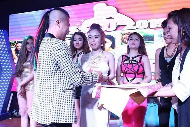 Sau khi hội ý, ban giám khảo quyết định giải ba thuộc về Trần Thị Tuyết Nhung.