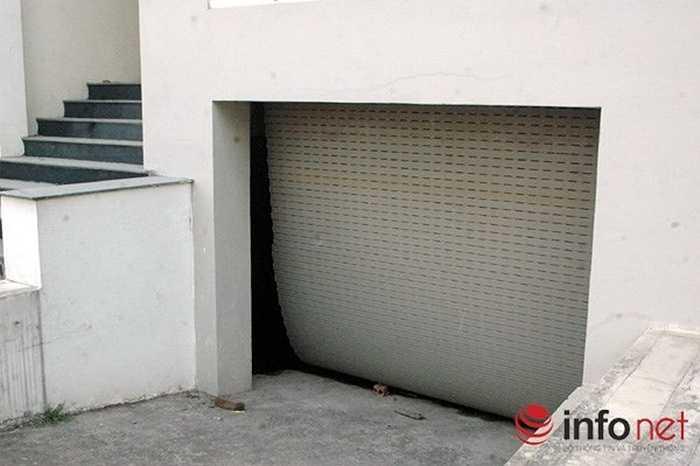 Những tấm cửa cuốn của hầm các ngôi biệt thự đã hư hỏng.