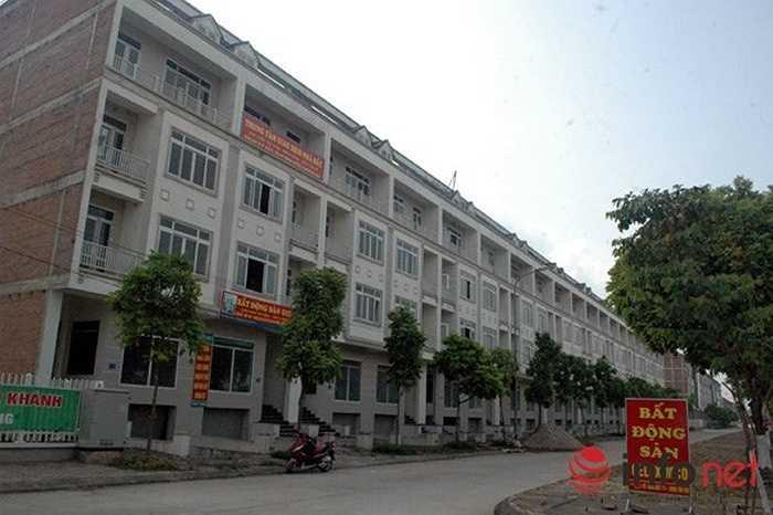Hàng trăm ngôi biệt thự liền kề ở bên đường Lê Trọng Tấn kéo dài, khá hoàng tráng....