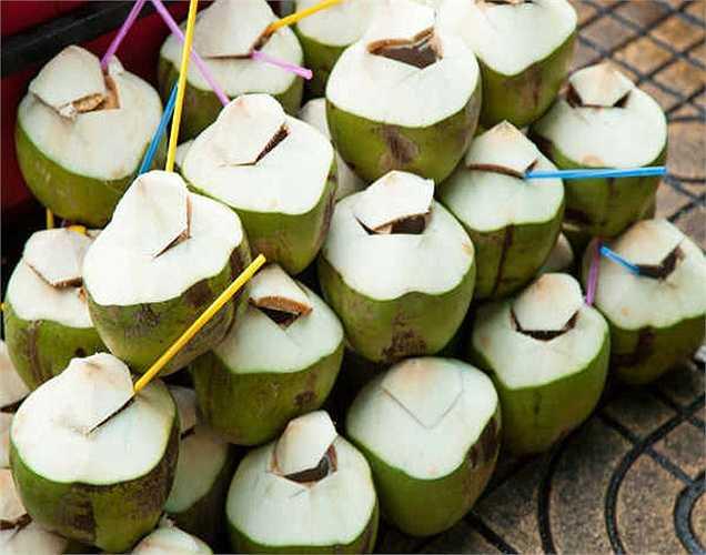 Nước dừa: Nước dừa giúp làm dịu cho dạ dày, đặc biệt là khi bạn đang bị viêm nhiễm. Các chất có trong nước dừa sẽ giúp chữa lành và giảm viêm.