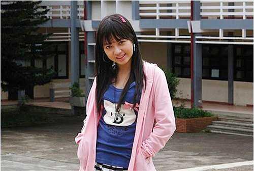 Có ba là nhạc sĩ Duy Thoán và mẹ là ca sĩ Minh Ngọc nên Xuân Nghi được thừa hưởng gen nghệ thuật. Ngoài ca hát, cô bé còn tham gia đóng phim. Xuân Nghi là một nữ sinh ưa nhìn khi ngồi dưới ghế nhà trường.