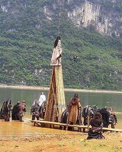 Một chiếc trực thăng theo sát để ghi hình diễn xuất trên cao của diễn viên.