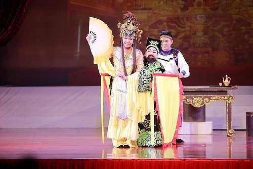 Ngoài tiết mục giả gái của Hoài Linh, khó ai có thể phủ nhận sức hút của nam MC Trấn Thành khi đóng vai Điêu Thuyền trong vở trích đoạn hồ quảng 'Đổng Trác cưới vợ' cùng NSND Ngọc Giàu và nghệ sĩ hài Trường Giang.