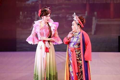 Bởi lẽ đây là lần đầu tiên Hoài Linh 'phá lệ' giả gái nên anh rất được khán giả cổ vũ nồng nhiệt.
