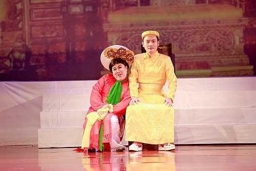 Ngay từ khi xuất hiện trên sân khấu, Hoài Linh đã chọc cười khán giả bởi vẻ đẹp đanh đá của một mụ dì ghẻ độc ác.