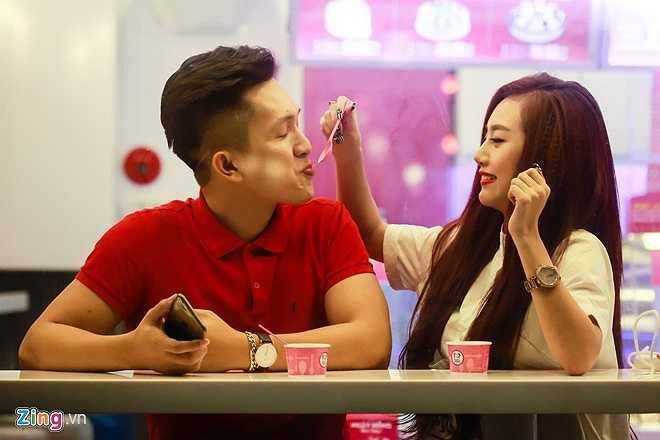 DJ người Đà Lạt hẹn ăn kem cùng một chàng trai tên Tuấn. Cả hai tỏ ra khá thân mật và thường xuyên xuất hiện cùng nhau trong các sự kiện. Nhiền fan cho rằng, Tuấn là bạn trai hiện tại của Nhi, nhưng cô lên tiếng phủ nhận.