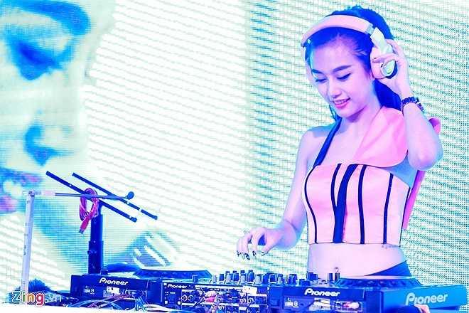 Quỳnh Nhi được mời chơi nhạc trong đêm chung kết Miss DJ 2015 (cuộc thi tìm kiếm và phát triển các tài năng trẻ). Nữ DJ cho biết, năng động là phong cách cô đang theo đuổi. Sắp tới, cô gái sinh năm 1990 sẽ tiếp tục luyện thanh để có thể vừa chơi nhạc vừa ca hát.