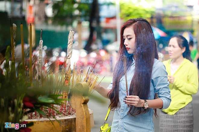 Hàng tháng, vào ngày rằm, mùng một, nữ DJ thường đi lễ chùa cầu may cho công việc và sức khỏe gia đình.