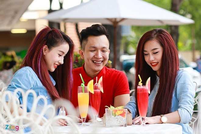 Nữ DJ cùng bạn bè vui vẻ trò chuyện tại một quán cà phê ở quận 1, TP HCM.
