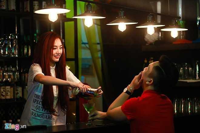 Ngoài nghề DJ, Quỳnh Nhi cùng một người bạn mở pub trên phố Bùi Viện, quận 1, TP HCM. 17h, cô đến quán kiểm tra sổ sách, chuẩn bị mở cửa. 9X cho biết, cô kinh doanh một phần để kiếm thêm thu nhập và phục vụ cho niềm đam mê DJ.