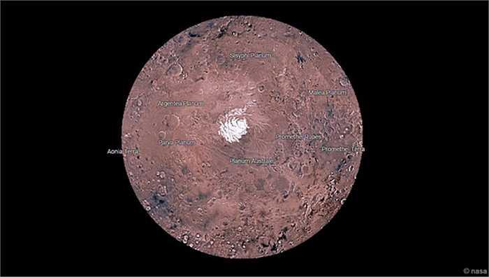 Mars Trek cho phép người xem thám hiểm nhiều đặc điểm nổi bật của sao Hỏa. Ví dụ: hai vùng Cực của sao Hỏa (trên hình là vùng Cực Nam), Valles Marineris (hẻm núi dài hơn 4.000 km hình thành do vận động kiến tạo), hoặc Kasei Valles (hệ thống các kênh dài 1.800 km, có thể được tạo ra bởi dòng nước chảy trong quá khứ). Ảnh: NASA