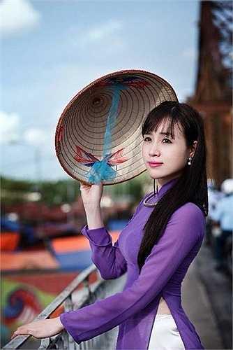 Làm cô giáo 6 năm, Lan Phương chuyển sang làm biên tập viên trên đài truyền hình Việt Nam.
