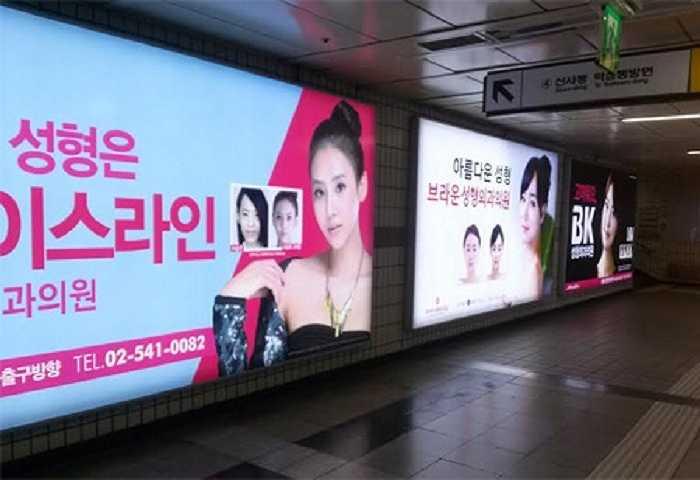 Hàn Quốc, nhất là thủ đô Seoul, nổi tiếng thế giới là trung tâm phẫu thuật thẩm mỹ với các biển quảng cáo lớn bé đủ loại in hình các bác sĩ lừng danh và ảnh khách hàng trước – sau phẫu thuật.