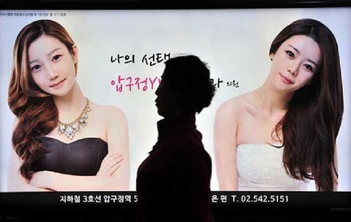 Phó giám đốc cơ quan bảo vệ người tiêu dùng Hàn Quốc tiết lộ, nhiều bác sĩ phẫu thuật thẩm mỹ chỉ nhấn mạnh tới khía cạnh tích cực mà giấu nhẹm đi những nguy cơ tiềm ẩn của dao kéo làm đẹp.