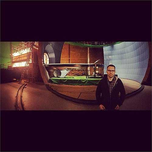 Phía sau đạo diễn Bryan Singer là hình ảnh căn phòng Cerebro mà khán giả thấy trong loạt phim X-men.