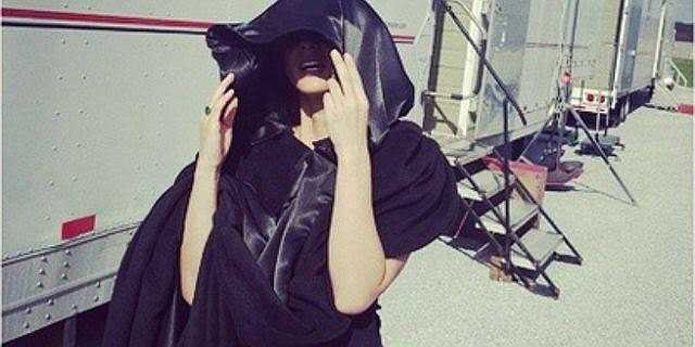 Nữ diễn viên Olivia Munn đang trốn cái nắng ở trường quay.
