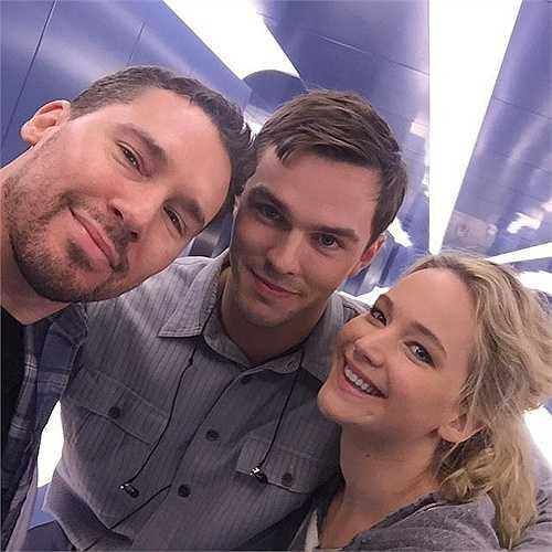 Phút thư giãn của đạo diễn Bryan Singer cùng hai diễn viên Nicholas Hoult và Jennifer Lawrence
