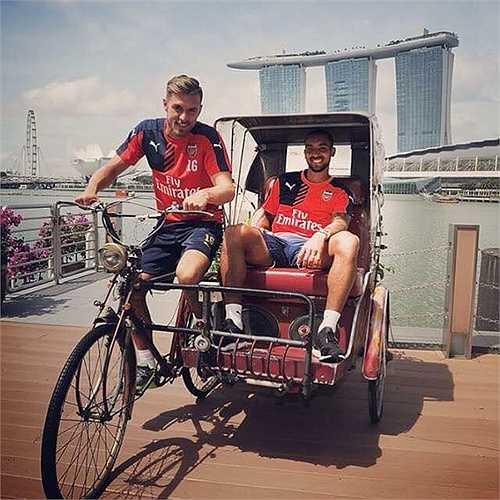 Sao Arsenal tạo dáng đạp xích lô tại Singapore