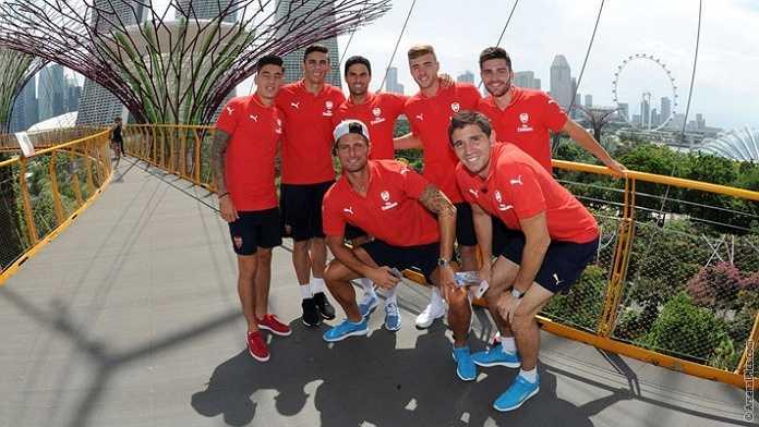 Tranh thủ thời gian nghỉ trước trận chung kết giải du đấu châu Á ở Singapore, các cầu thủ Arsenal rủ nhau đi thăm thú đảo quốc sư tử