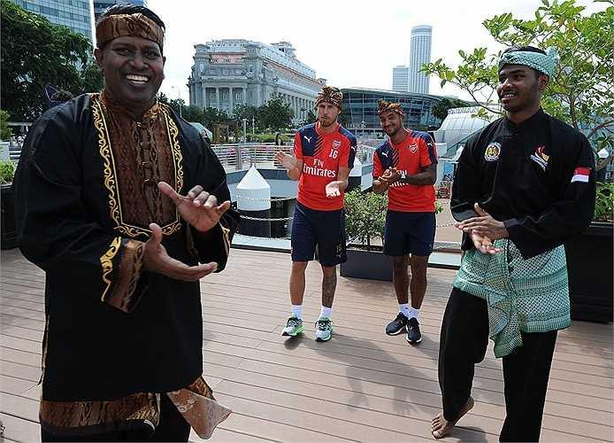 Các cầu thủ Arsenal tham gia một buổi lễ cùng các ngôi sao Pencak Silat Singapore