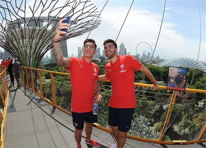 Hình ảnh cho thấy cầu thủ Arsenal rất biết cách làm thương hiệu cho chuyến đi và cho cả nước chủ nhà Singapore