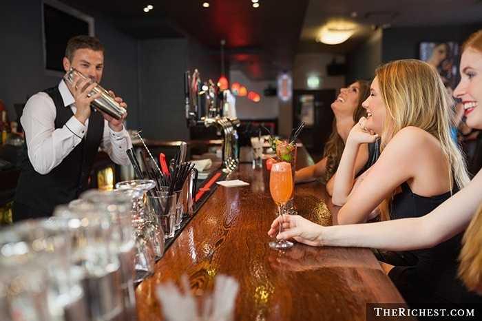 Bartender. Thêm một nghề nghiệp dễ sa ngã bởi vì môi trường làm việc quá cám dỗ. Bên cạnh đó là việc làm đêm tại các quán bar và thời gian hạn chế dành cho gia đình
